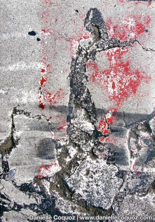 La robe de sang de la danseuse / tombe sur les pieds / du monsieur son amant